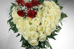 cuore rose bianche e ciuffo rose rosse